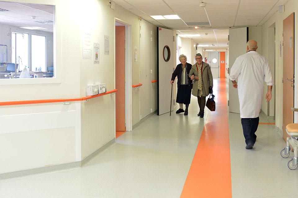 Personnes marchant dans un couloir d'hopital